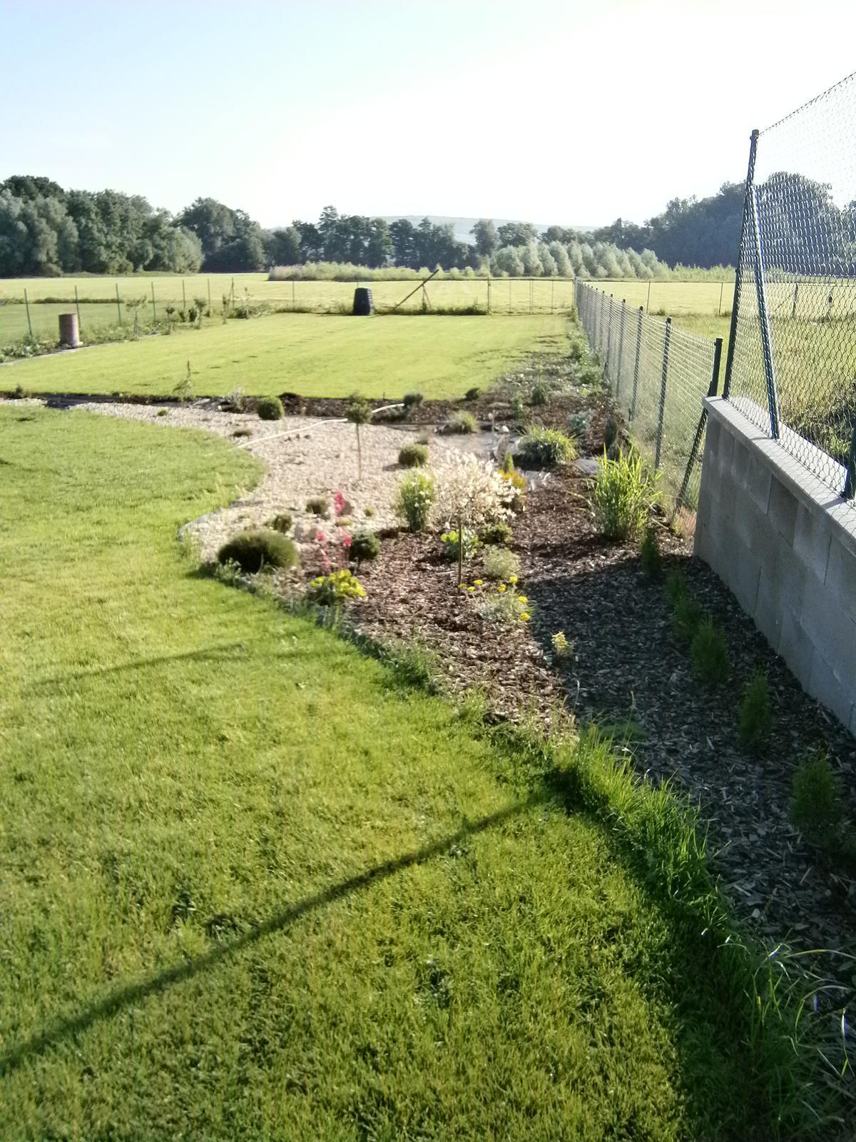 Zahrada a předzahrádka - OKRASNOU ZAHRÁDKU JSEM NAKONEC ODDĚLILA OD UŽITKOVÉ,ZDÁ SE MI TO TAKTO LEPŠÍ ;-)