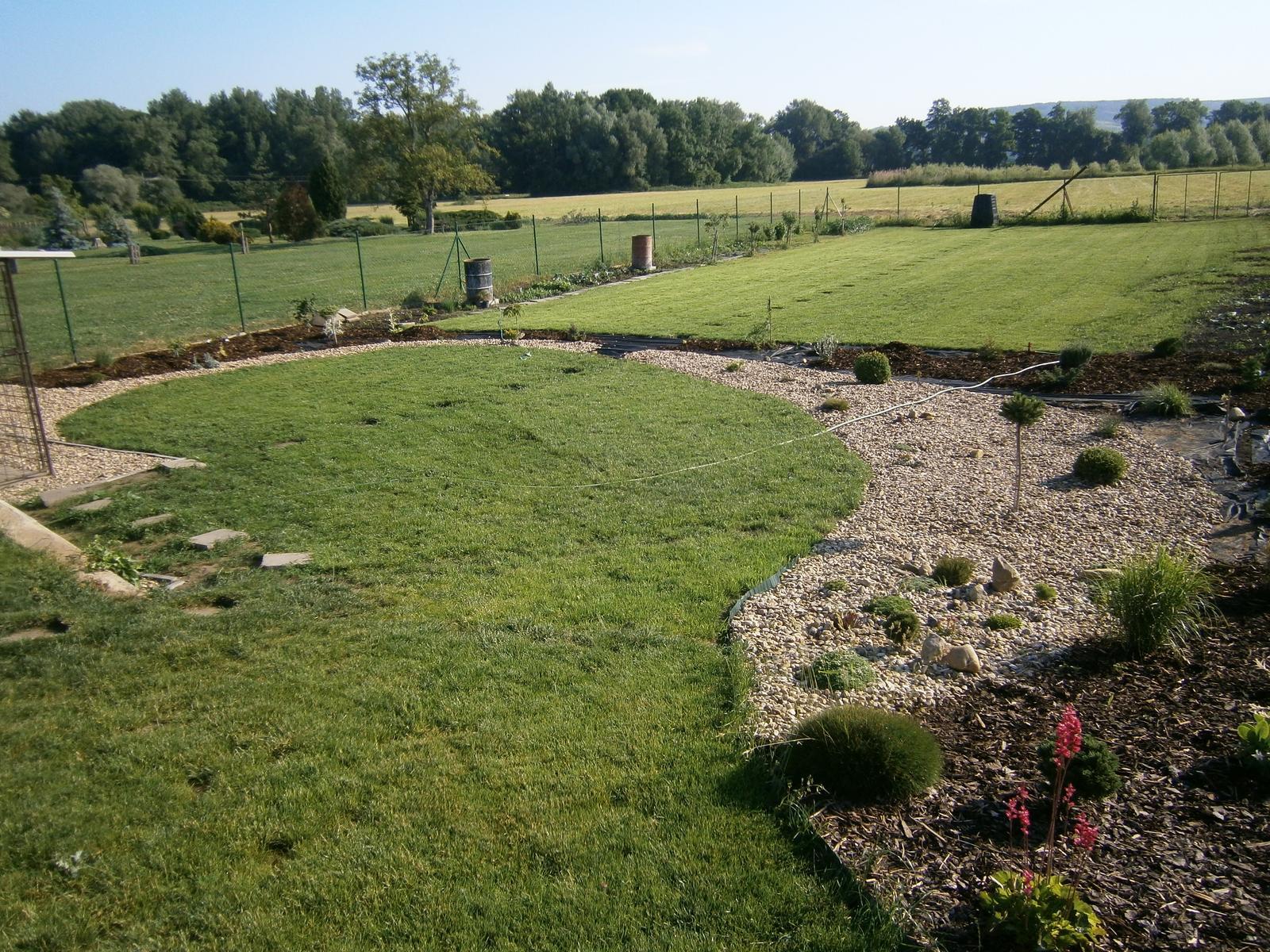 Zahrada a předzahrádka - okrasný záhon odděluje ,užitkovou část od okrasné