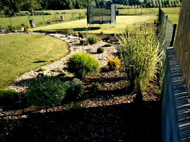 Zahrada a předzahrádka - trošku to vypadá už veseleji ,ale musím ještě doplnit  vyššími stromky