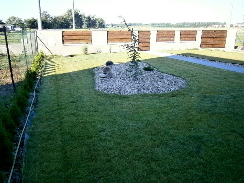 Zahrada a předzahrádka - předzahrádka a nový plot :D