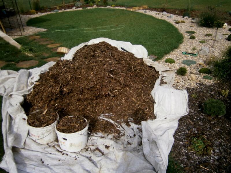 Zahrada a předzahrádka - taková menší hromadka kůry :D