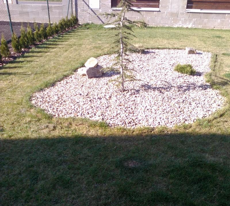 Zahrada a předzahrádka - před úpravou trávníku