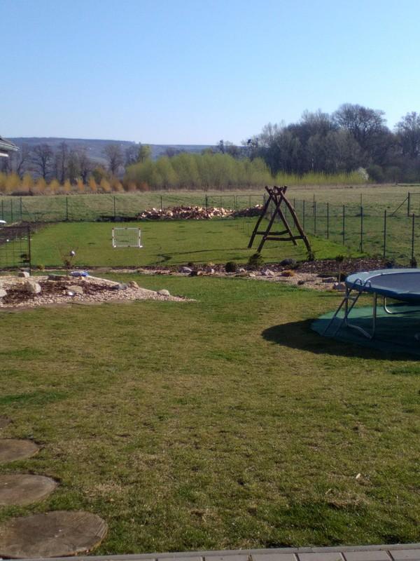 Zahrada a předzahrádka - stavíme houpačku,manžel úplně sám ;-)