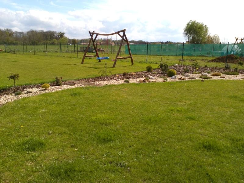 Zahrada a předzahrádka - houpačka v provozu ;-)