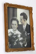 svatební fotka nad postelí