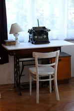 z Bobbina je psací stůl