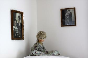a na ní hlídá panenka, kterou měla babička místo dcery - podařili se jí jen tři kluci :o)