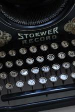 starý psací stroj nalezený na půdě