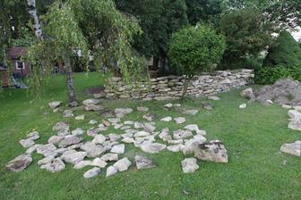roznosené kameny a rozestavěná zídka