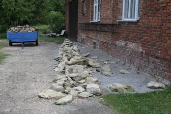 odbagrovaná cesta a vyčištěno kolem domu, bude kamenné zápraží