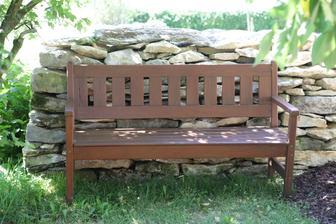 sešroubovaná lavička, je tak prohnilá, že nevím jestli má smysl ji brousit a přetírat