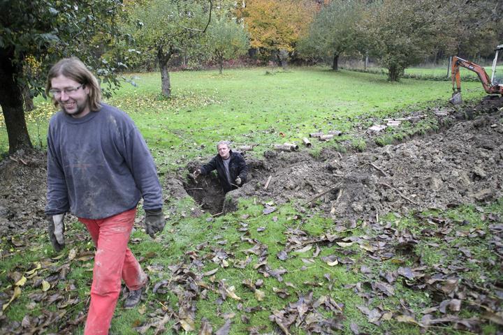 Chalupa 2012 - po 30 letech opravujeme meliorace a tak máme rozkopanou zahradu :-( a chlapi se tomu jen smějou :-(