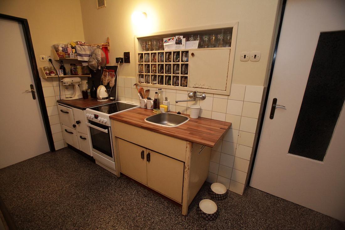 Modernizujeme kuchyňku - stávající stav - po celé šířce zdi bude nová linka