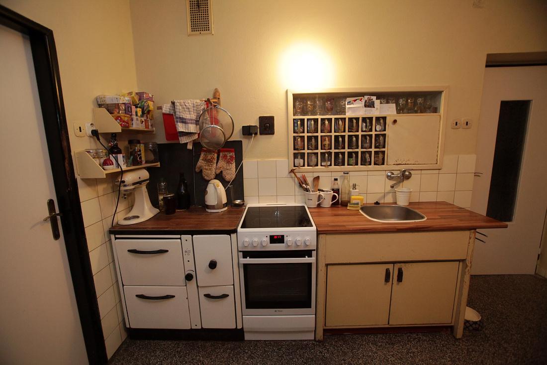 Modernizujeme kuchyňku - tuto část budeme měnit - z leva bude skříňka se 2 šuplíky na hrnce, trouba, vestavná myčka, dřez, skříňka se šuplíky