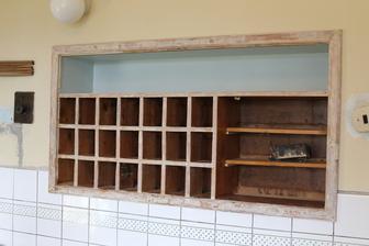 obroušená skříňka na šuplíčky