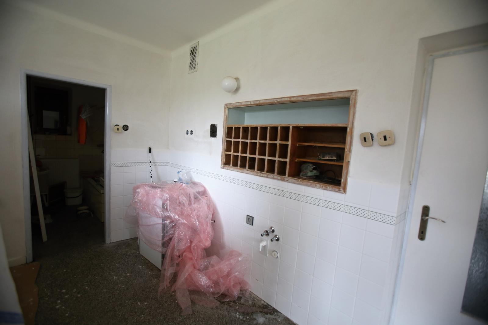 Modernizujeme kuchyňku - malujeme a natíráme futra