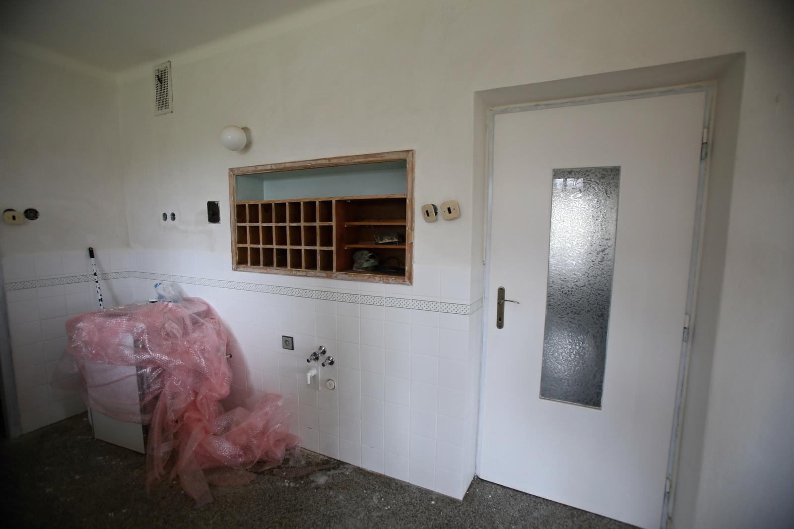 Modernizujeme kuchyňku - kachličky jsou vyspárované a vodák přidělal uzávěry vody
