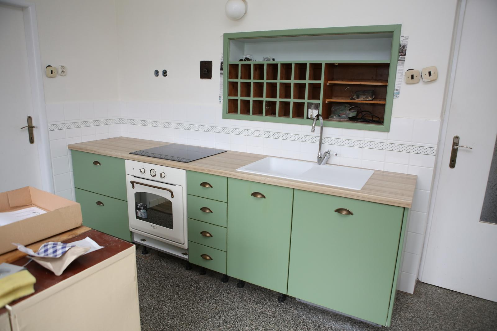 Modernizujeme kuchyňku - Musela jsem cvaknout hned po odchodu truhlářů, chybí sokl, zelený věšák na utěrky nalevo od sporáku, na levé stěně zásobní trojpolička na čaje a hlavě šuplíčky a šuplíčky a šuplíčky!