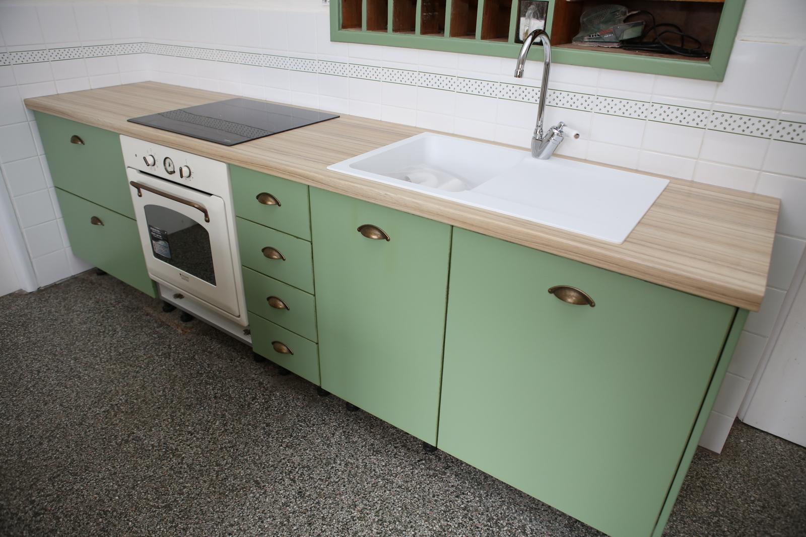 Modernizujeme kuchyňku - jen jim nepasovaly dvířka, sokl