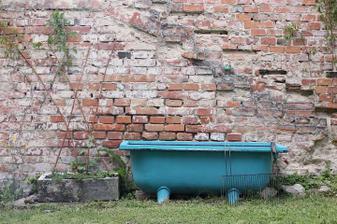 Vana ze smetáku původně jako vana, letos jako záhon, chybička se vloudila a ta barva se ze smaltu loupala