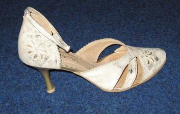 """toto sú moje svadobné topánočky, nič sa mi nepáčilo a toto je taký dobrý stred čo som chcela a čo je k """"mání"""""""