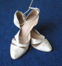 nie su úplne celé krémové, sú akoby dozlatista ošúchané... a budem ich moct nosit aj po svadbe