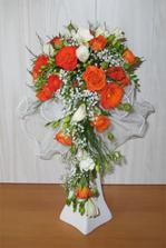Nádhera - tak přesně tuhle chci. Složení: růže mini frézie gypsofila trifern tyl svatební držák piaflor