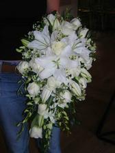 kombinace těchto tří kytic, červené růže, bílé lilie, míň zeleně