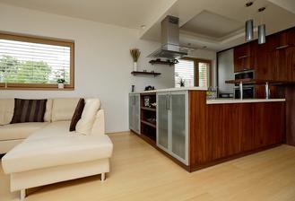 Takhle nějak bych chtěla vyřešit ten zvýšený prostor za sporákem...ale v téhle kuchyni nějak nechápu, jak se do ní vůbec dostávají