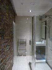 nebo že bychom dali jednu stěnu kamennou? Vyřešilo by to ten problém, že já chci koupelnu tlumenou a bez zdobení a výrazných barev, ale manžel na nějakém tom dekoru trvá...