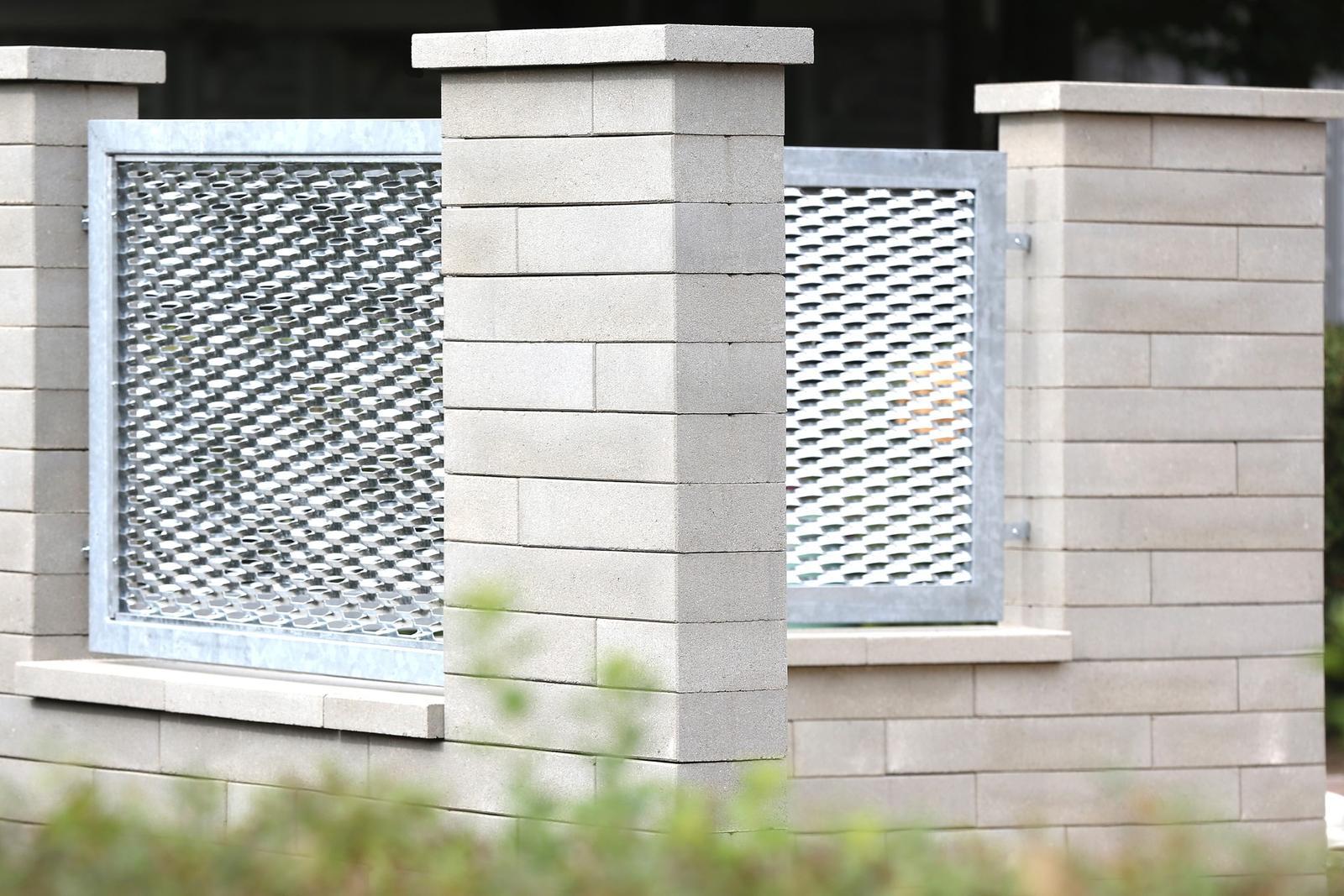 Naše dilema plot - CSB Newblok - šedá hladká