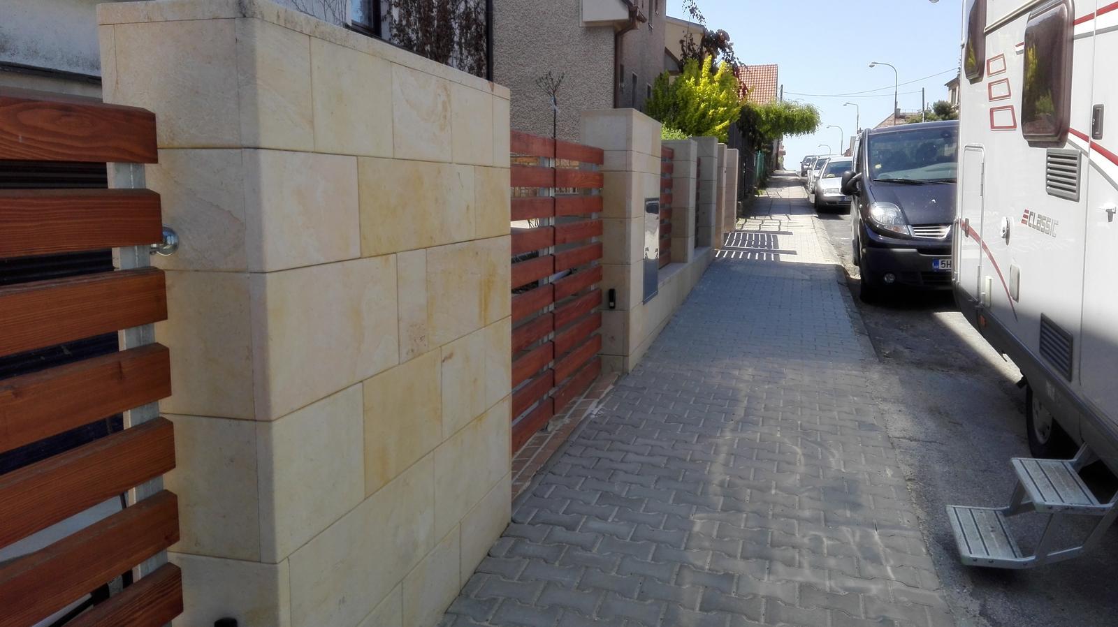 Naše dilema plot - skutečeně nádherně udělaný plot...náhoda při procházce po Hořicích...pískovec
