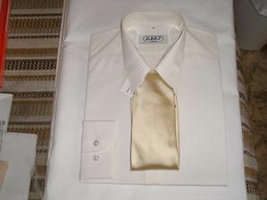a to je Míšova kravata s košilí.Obojí šampáňo