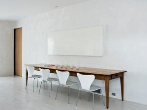 ak sa mi bude zdat malo miesta okolo stolu, supnem ho mozno takto ku stene :-D