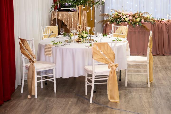 Elegantné biele chiavari stoličky dodajú vašej svadbe ten správny šmrnc... - Obrázok č. 3