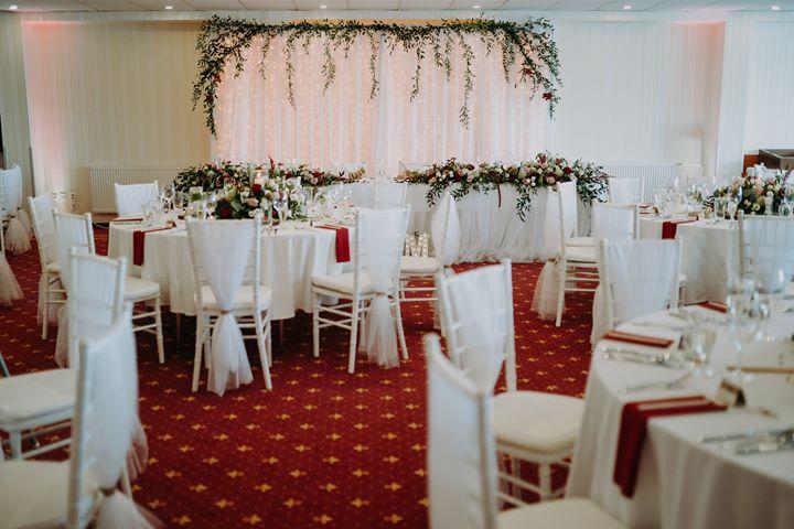 Elegantné biele chiavari stoličky dodajú vašej svadbe ten správny šmrnc... - Obrázok č. 1