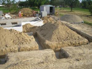 po mesačných dažďových prázdninách máme konečne vykopané základy