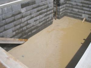bazénik- 10 cm jemnučkého blata a ďalších 10 cm vody