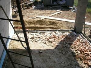 terasa začína vyzerať ako terasa - doteraz sme tam navážali stav. odpad
