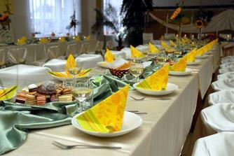 Stoly pre hosti