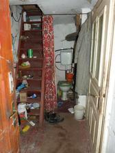 Vchod, schodište a kúpeľňa :)  Pod schodami mozno spravime mini kuchynku.