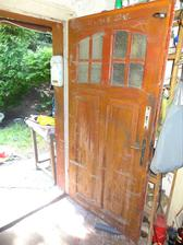 Vchodove dvere s pavucinami a vonku sa nam zacina hromadit odpad