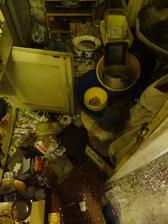Podlaha v kuchyni- beton, koberec, 15 cm zeme a strku, odpadky a riad. Kamarat si splnil sen, vraj vzdy chcel upratovat miestnosti lopatou :)