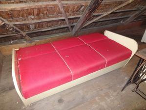 našli sme pod tým všetkým dokonca rozťahovací gauč
