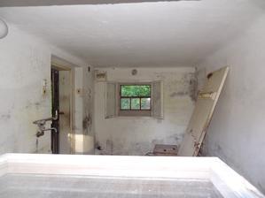 pohľad cez okno do bývalej kuchyne