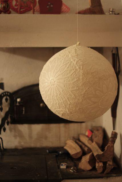 Urob si sám(a) ....... - nalepit na nafouklý balon, která po uschnutí vypustit ...