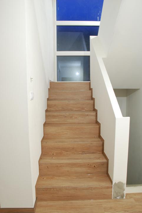 Zařizujeme náš domeček .... - schody skoro hotové ...