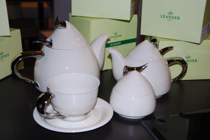 Zařizujeme náš domeček .... - první návštěva dorazila s komplet čajovým servisem ....