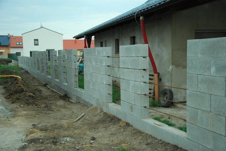 Inspirace podle které stavíme.....a realita - pracuje se  na plotu ...