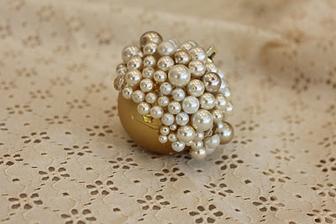 nebo jednoduše nalepit perličky na obyč báňku.....